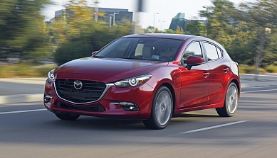 2017_mazda3_front_three_quarter_in_motion_05